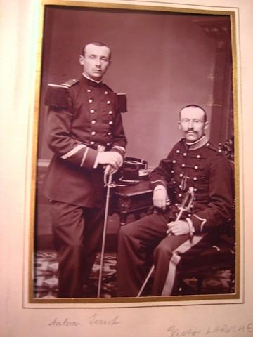 Les cousins en uniforme